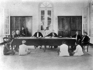 Zo zag omstreeks 1910 een zitting van de Landraad er uit